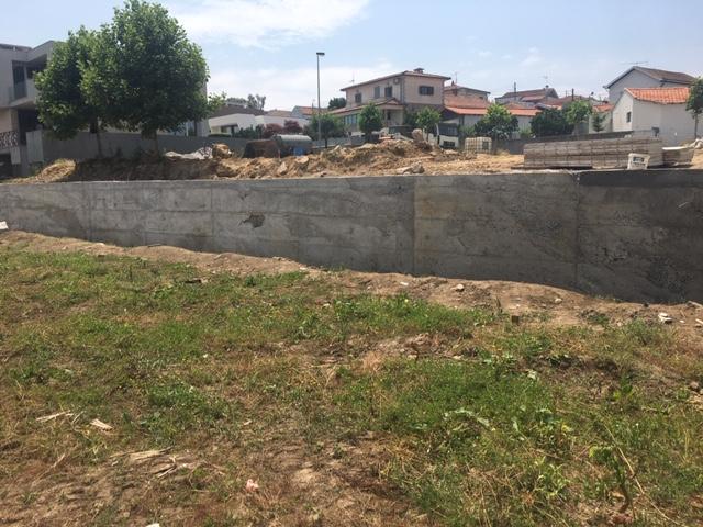 Construção de muro na Rua Padre José Novais